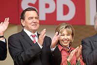 13 AUG 2005 HANNOVER/GERMANY:<br /> Gerhard Schroeder (L), SPD, Bundeskanzler, und Doris Schroeder-Koepf (R), Kanzlergattin, Wahlkampfauftaktveranstaltung der SPD, Opernplatz<br /> Gerhard Schroeder (L), Fed. Chancellor, and his wife Doris Schroeder-Koepf (R), opening event of the Social Democrats Party election campaign<br /> IMAGE: 20050813-01-036<br /> KEYWORDS: Wahlkampf, Bundestagswahl, Gerhard Schröder, Dosris Schröder-Köpf, Applaus, applaudieren, klatschen