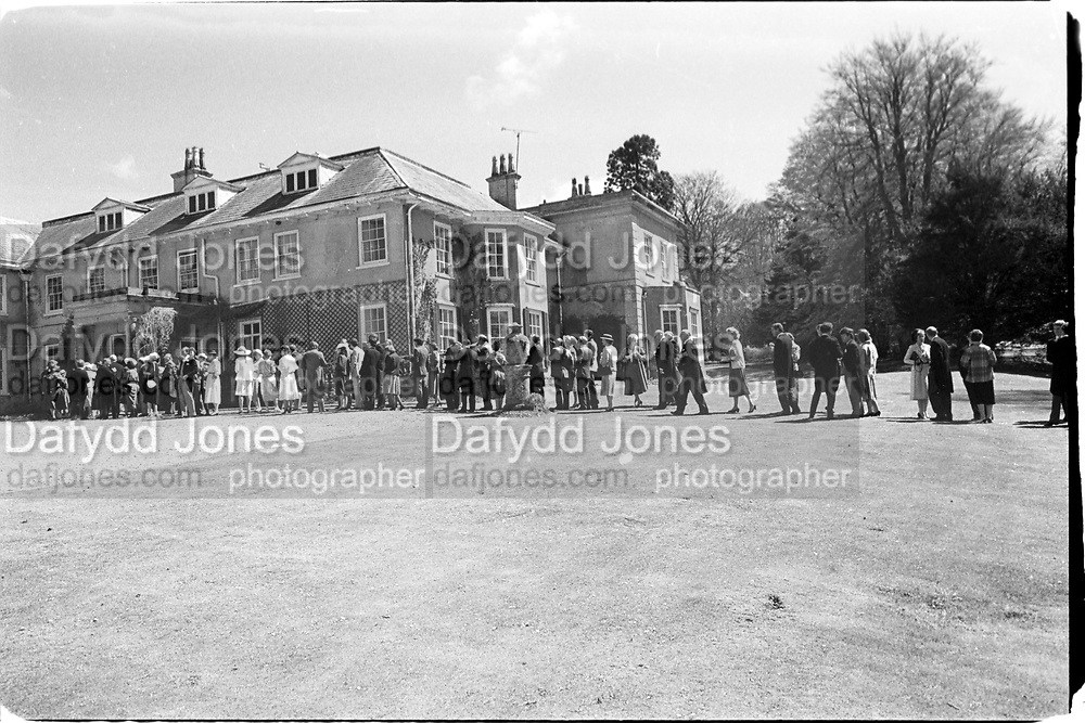 Receiving line at a Wedding. Philippa Bibby and Tyrwhitt- Drake 6.05.85© Copyright Photograph by Dafydd Jones 66 Stockwell Park Rd. London SW9 0DA Tel 020 7733 0108 www.dafjones.com<br />