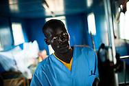 Ad un anno dall'indipendenza in Sud Sudan, la guerra per la gestione dell'oro nero continua ad uccidere civili. Nella totale indifferenza della comunità internazionale decine di migliaia di persone, in fuga dal Sudan, cercano la salvezza nei campi rifugiati del Sud Sudan che sono però totalmente inadeguati, sovraffollati e privi di generi di prima necessità. Un emergenza umanitaria senza precedenti che vede 55.000 rifugiati nei campi di Dora e Yusuf Batil che insistono nella provincia di Maban. Secondo le stime di Medici Senza Frontiere, nei campi muoiono la media di cinque bambini al giorno. Malnutrizione, diarrea e malaria sono le maggiori cause dei decessi.