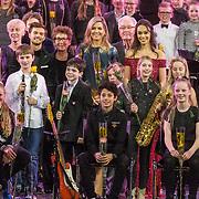 NLD/Rotterdam/20171214 - Maxima bij Kerst Muziek gala 2017, Koningin Maxima tussen de kinderen
