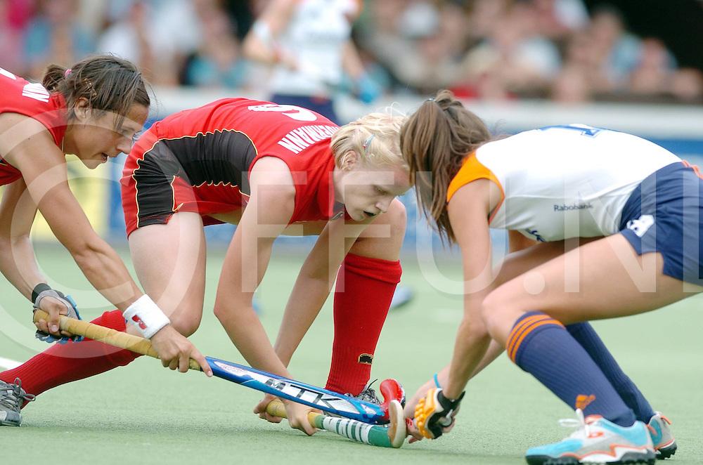 060709,amstelveen,nederland,<br /> championstrophy 2006, nederland - duitsland,<br /> silvia karres in fel duel om de bal,<br /> fotografie frank uijlenbroek&copy;2006 sander uijlenbroek