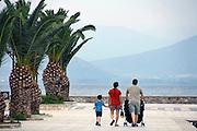 Griekenland, Nafplion, 5-7-2008Avond op de boulevard . Een Grieks gezin maakt een wandeling.Foto: Flip Franssen