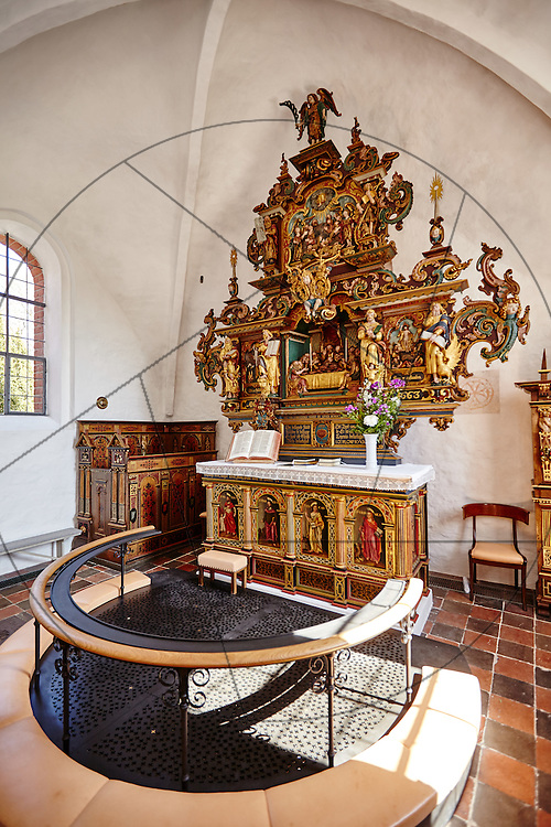 Stenløse Kirke efter restaurering, Nebel & Olesen Arkitekter, nyt gulv i kor, ny alterring, altertavle