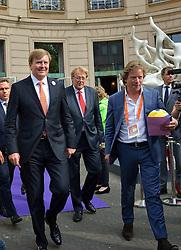20150626 NED: WK beachvolleybal ceremonie, Den Haag<br /> WK Beach begint met een ceremonie in de Haagse schouwburg. Koning Willem Alexander en Martijn van der Meulen (TIG Sport) tijdens de opening van het WK Beachvolleybal in de Koninklijke Schouwburg