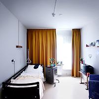 Nederland, Amsterdam , 4 juni 2013.<br /> Een slaap/woonkamer in het gerenoveerde gedeelte van Slotervaart verpleeghuis.<br /> Verpleeghuis Slotervaart is door de inspectie voor de Gezondheidszorg onder verscherpt toezicht geplaatst.<br /> Afgelopen november schreef de inspectie een vernietigend rapport over de Cordaaninstelling na een onaangekondigd bezoek. De zorg was onder de maat, er waren heel veel wisselingen bij de management geweest ende bezetting was niet goed. Er werd verbetering geeist: een en ander moest half maart op orde zijn. Dat bleek begin mei nog niet het geval. Ook de grootschalige verbouwing zou tot veel onrust kunnen leiden voor de bewoners.<br /> Het verpleeghuis naast het Slotervaartziekenhuis in Amsterdam West, waar demente ouderen, chronisch zieken en revaliderende patienten wonen had de afgelopen jaren al vaker problemen.<br /> De zorg blijft ondermaats. Verbeteringen na vernietigend rapport nog niet voldoende.<br /> A sit and bedroom in the renovated part of Slotervaart nursing home in Amsterdam West. The care remains poor.
