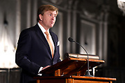 Koning Willem-Alexander reikt in het Koninklijk Paleis de Erasmusprijs uit aan de Amerikaanse journaliste en schrijfster Barbara Ehrenreich.De Erasmusprijs wordt jaarlijks toegekend aan een persoon of instelling die binnen het kader van de culturele tradities van Europa een belangrijke bijdrage heeft geleverd op het gebied van cultuur, humaniora of sociale wetenschappen.<br /> <br /> King Willem-Alexander hands out the Erasmus Prize in the Royal Palace to the American journalist and writer Barbara Ehrenreich. The Erasmus Prize is awarded annually to a person or institution that has made an important contribution within the framework of the cultural traditions of Europe in the field of culture, humanities or social sciences.<br /> <br /> Op de foto / On the photo:  Koning Willem Alexander / King Willem Alexander