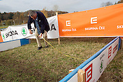 CZECH REPUBLIC / TABOR / WORLD CUP / CYCLING / WIELRENNEN / CYCLISME / CYCLOCROSS / VELDRIJDEN / WERELDBEKER / WORLD CUP / COUPE DU MONDE / #2 / UCI OFFICIAL MEASURING THE DISTANCE BETWEEN TWO HURDLES /