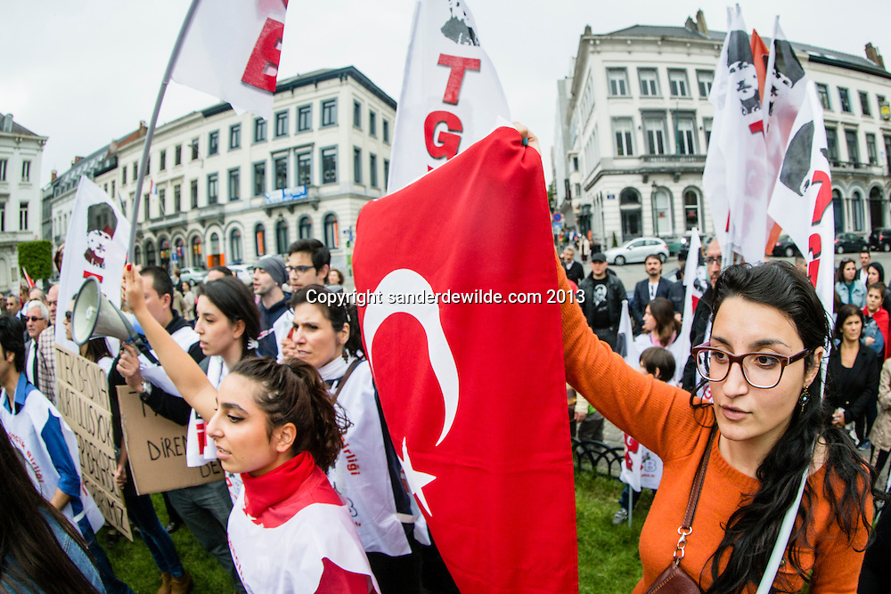 Brussel 1st  Juni 2013. A few hundred Turkish Belgiums protested at the European Parliament against Turkish prime minister Erdogan and the use of gas against demonstrators in Istanbul.Turkish girls holding their flag