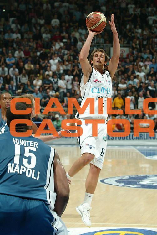 DESCRIZIONE : Bologna Lega A1 2005-06 Play Off Semifinale Gara 1 Climamio Fortitudo Bologna Carpisa Napoli <br /> GIOCATORE : belinelli<br /> SQUADRA : Climamio Fortitudo Bologna <br /> EVENTO : Campionato Lega A1 2005-2006 Play Off Semifinale Gara 1 <br /> GARA : Climamio Fortitudo Bologna Carpisa Napoli <br /> DATA : 01/06/2006 <br /> CATEGORIA : tiro<br /> SPORT : Pallacanestro <br /> AUTORE : Agenzia Ciamillo-Castoria/G.Livaldi<br /> Galleria : Lega Basket A1 2005-2006 <br /> Fotonotizia : Napoli Campionato Italiano Lega A1 2005-2006 Play Off Semifinale Gara 1 Climamio Fortitudo Bologna Carpisa Napoli <br /> Predefinita :