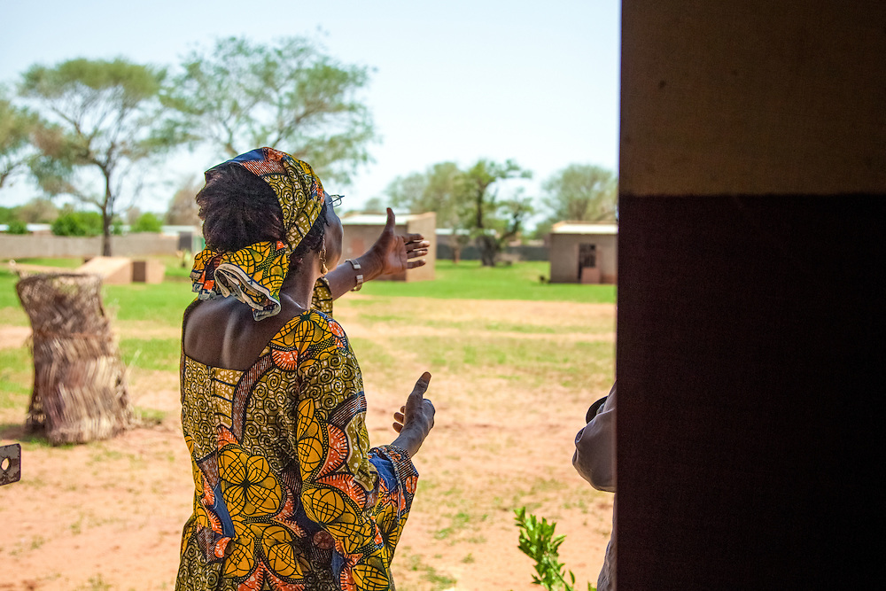 LÉGENDE: Albertine Toulhade Reponsable du centre COFEMAK explique à l'agent du ministère des infrastructures délégué pour la mission sur le progrès réalisé au centre COFEMAK. LIEU: Centre COFEMAK, Koumra, Tchad. PERSONNE(S): Albertine Toulhade (à gauche).