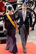 Aankomst koninklijke familie in de gouden koets bij de Ridderzaal op Prinsjesdag 2012. /// Arrival royal family in the golden coach at the Riddrerzaal on &quot;Prinsjesdag&quot;in The Hague<br /> <br /> Op de foto / On the photo:<br />  Prins Constantijn en prinses Laurentien komen aan bij de Ridderzaal