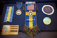 Emblem f&ouml;r svensk-amerikanska f&ouml;reningar. <br /> Utst&auml;llning om den svenska utvandringen till USA p&aring; the Swedish American Museum, Andersonville, Chicago, Illinois, USA<br /> <br /> Foto: Christina Sj&ouml;gren