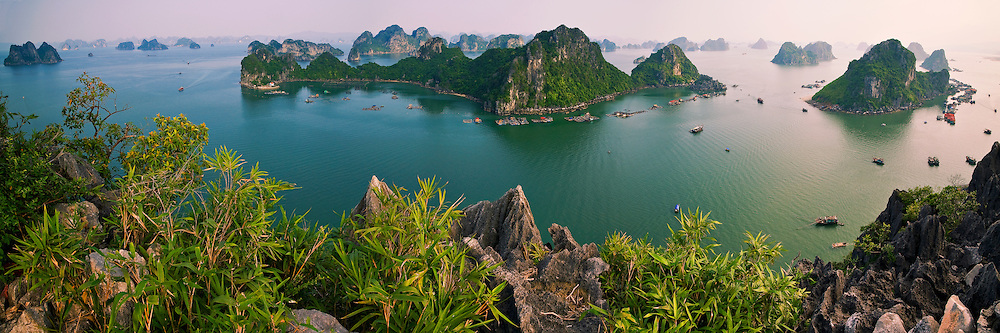 HaLong bay is a unesco world heritage of vietnam. It have over 1900 limestone islands and a destination for tourist,discovery ,relaxation.Gulf of tonkin North Vietnam hoàng thế nhiệm