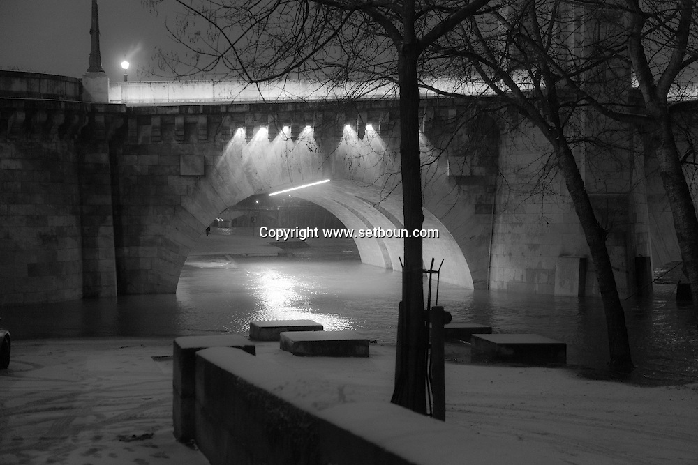 France. Paris. 5th district. Quai de la tournelle and the seine river Paris under the snow / Paris sous la neige en hiver