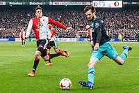ROTTERDAM - Feyenoord - PSV , Voetbal , Eredivisie , Seizoen 2016/2017 , De Kuip , 26-02-2017 ,  PSV speler Gaston Pereiro (r) bet voorzet voorbij Feyenoord speler Eric Botteghin (l)