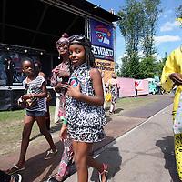 Nederland, Amsterdam , 5 augustus 2013.<br /> Het Kwaku Summer Festival in het Bijlmerpark 13 juli t/m 4 augustus 4 weekenden lang het Kwaku Summer Festival in Amsterdam Zuidoost.<br /> Op de foto: Bezoekers van het Kwaku festival tijdens de laatste dag.<br /> The annual multicultural festival in Amsterdam Kwakoe Bijlmerpark ended last weekend.
