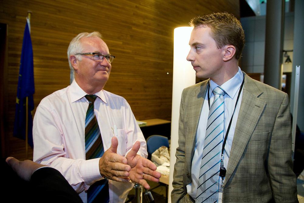 STRASBOURG - FRANCE - 14 JULY 2009 -- Den danske MEP-er Messersmidt i samtale med tidligere MEP Jens Peter Bonde under samlingen af det nye Europa-Parlamentet.  Photo: Erik Luntang