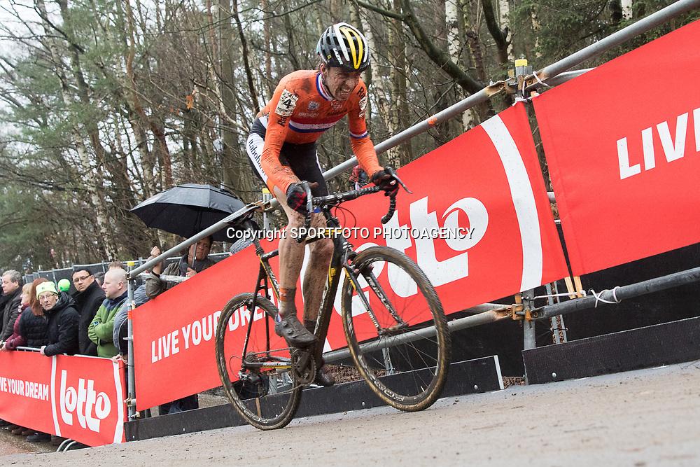 31-01-2016: Wielrennen: WK cyclecross beloften: Heusden Zolder<br />HEUSDEN-ZOLDER (BEL) cyclocross<br />Op het circuit van Terlamen-Zolder streden de veldrijders categorie beloften om de mondiale titels in het veld. Thijs van Amerongen