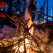 Noorwegen Robru Gol 24 december 2008 20081224 Foto: David Rozing .Wintertafereel, knakworsten roosteren via houten spiezen op het vuur in de buitenlucht.Wintertime, preparing sausages on fire in nature..Foto: David Rozing