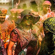 *legende* Célébration du festival des couleurs Holi au temple de Nandagaon  - Uttar Pradesh Inde. Les gens chantent et dansent en s'aspergeant de couleur pour célébrer Radha et Krishna.