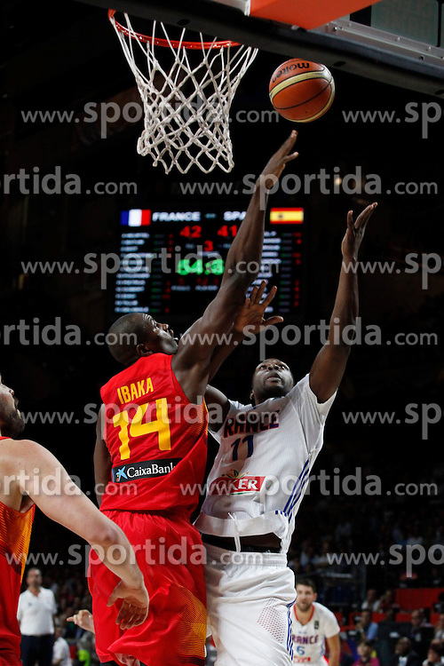10.09.2014, Palacio de los deportes, Madrid, ESP, FIBA WM, Frankreich vs Spanien, Viertelfinale, im Bild Spain´s Ibaka (L) and France´s Pietrus // during FIBA Basketball World Cup Spain 2014 Quarter-Final match between France and Spain at the Palacio de los deportes in Madrid, Spain on 2014/09/10. EXPA Pictures © 2014, PhotoCredit: EXPA/ Alterphotos/ Victor Blanco<br /> <br /> *****ATTENTION - OUT of ESP, SUI*****