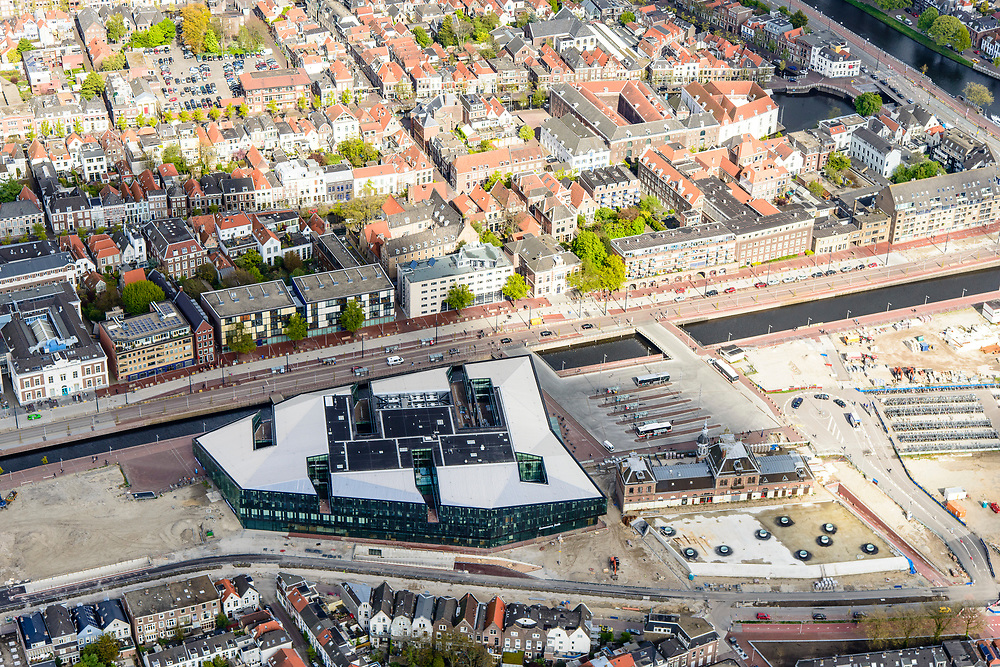 Nederland, Zuid-Holland, Gemeente Delft, 28-04-2017; Delft, spoorzone met onder de grond de Willem van Oranjetunnel. Het stadskantoor gecombineerd met het nieuwe station aan de gracht Westvest (Westsingelgracht), ontwerp Mecanoo Architecten. Stationsplein met busstation en het voormalige station.<br /> New city hall and railwaystation, design Mecanoo Architecten.<br /> luchtfoto (toeslag op standard tarieven);<br /> aerial photo (additional fee required);<br /> copyright foto/photo Siebe Swart