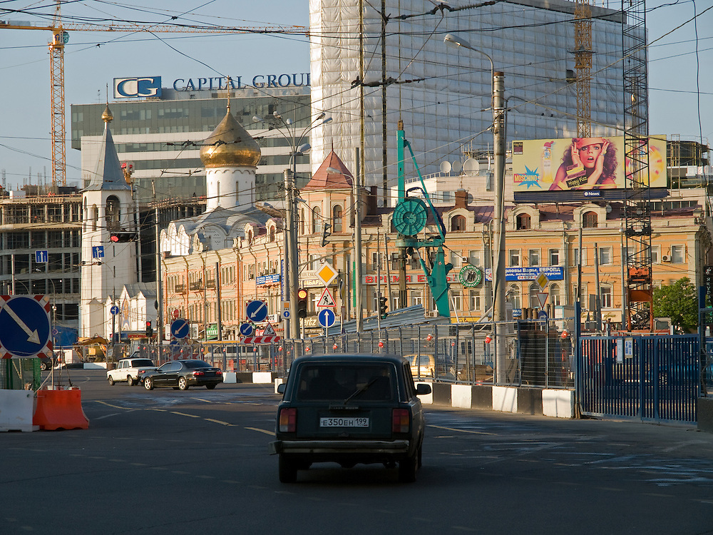 Straßenkreuzung am Weißrussischen Bahnhof (Belorusski woksal) im Moskauer Twerskaja-Jamskaja-Viertel.<br /> <br /> Crossroad close to the  Belorussky Rail Terminal (Belorusski voksal) at Moscows Twerskaja-Jamskaja-quater.
