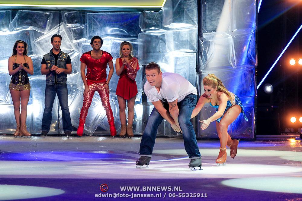 NLD/Hilversum/20130126 - 5e Liveshow Sterren Dansen op het IJs 2013, Paul Turner met nichtje