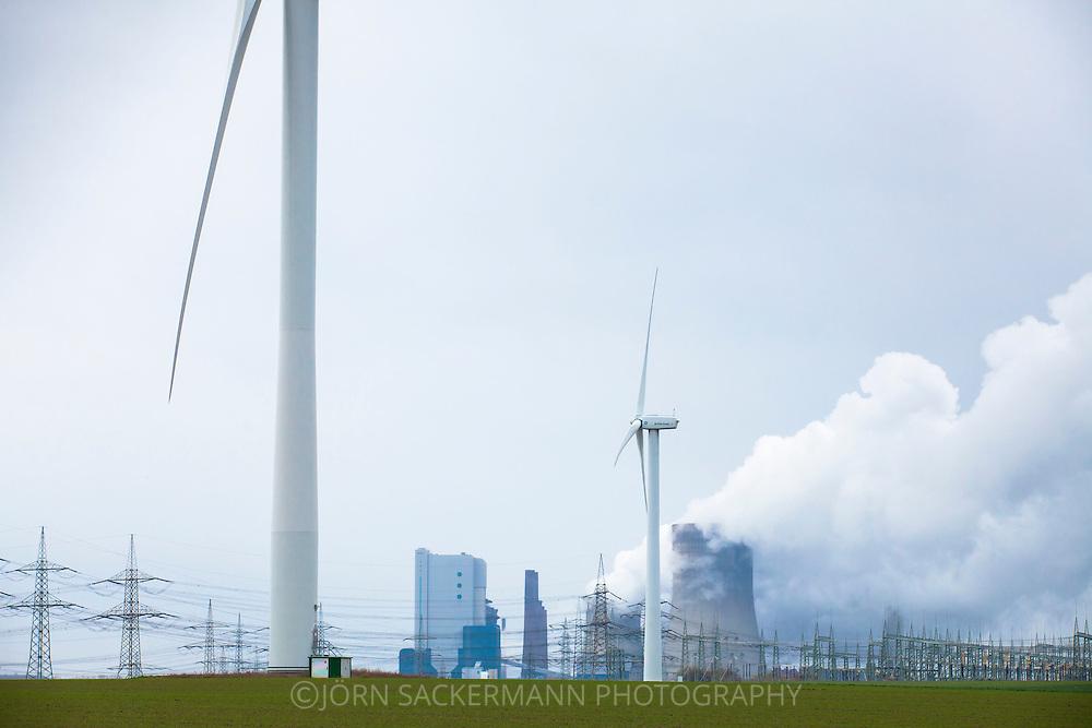 Europa, Deutschland, Nordrhein-Westfalen, das Braunkohlekraftwerk Niederaussem bei Bergheim, Windkraftanlagen. - <br /> <br /> Europe, Germany, North Rhine-Westphalia, the brown coal power station Niederaussem near Bergheim, wind power plants.