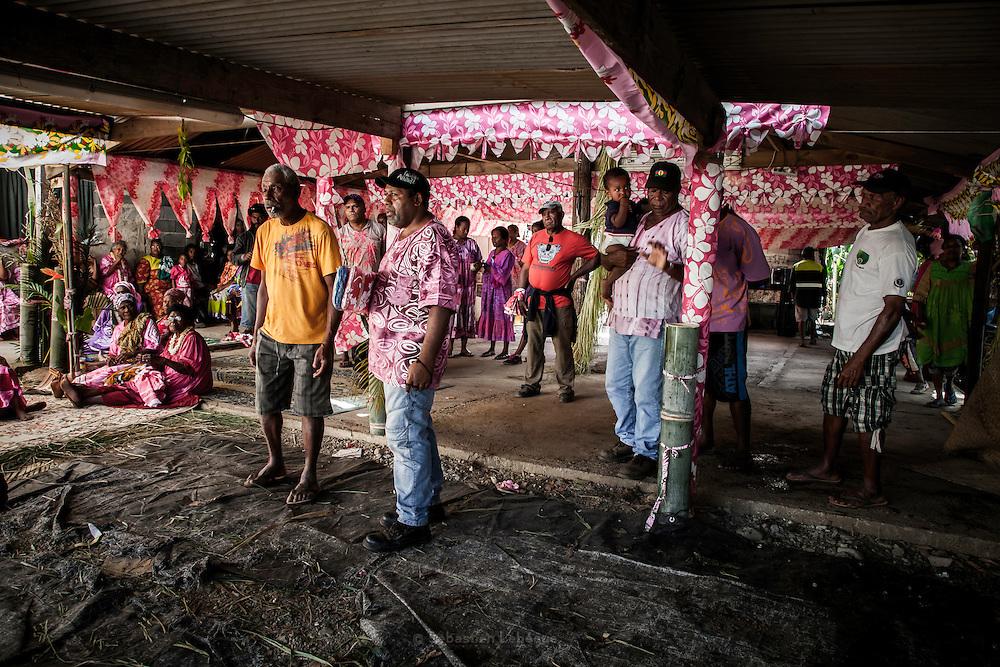 Les hommes du clan de la femme restent observateurs de la scène. Ils perdent la femme et les enfants soit quatre membres de leur clan.  - Mariage Kanak  - Tribu de Méhoué, Canala – Nouvelle Calédonie – Septembre 2013