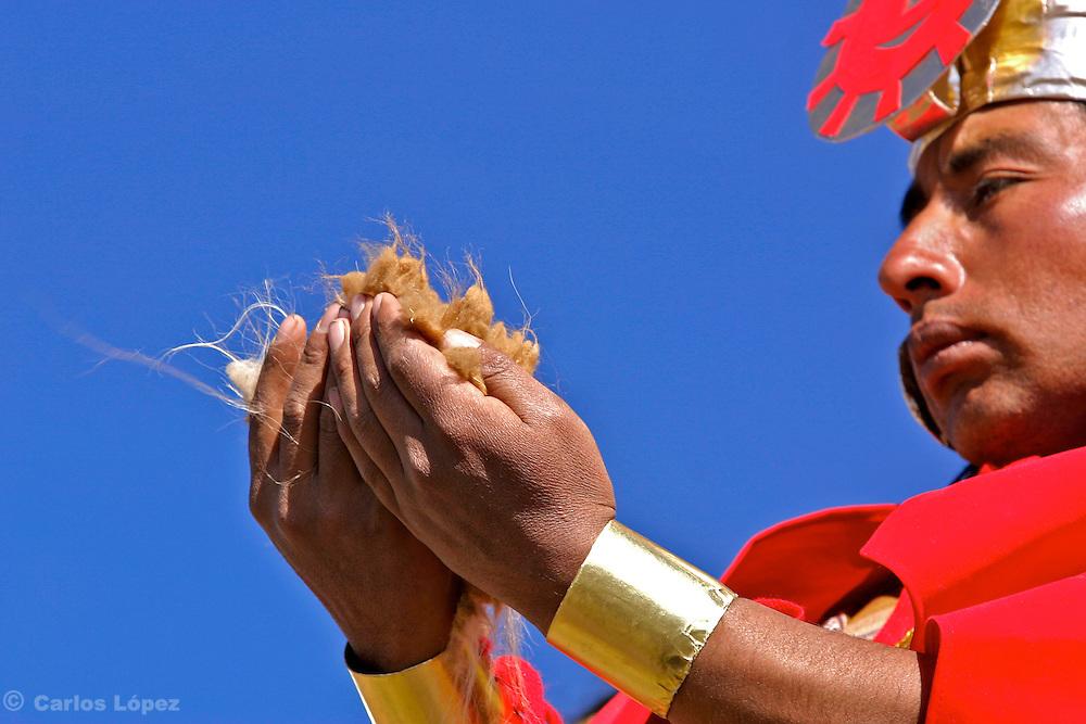 COSTUMBRE DEL CHACO EN AYACUCHO, CONSISTE EN BORDEAR UNOS CERROS CON UNA CADENA HUMANA PARA  AGRUPAR A LAS VICUN?AS PARA LUEGO TRASQUILARLAS.