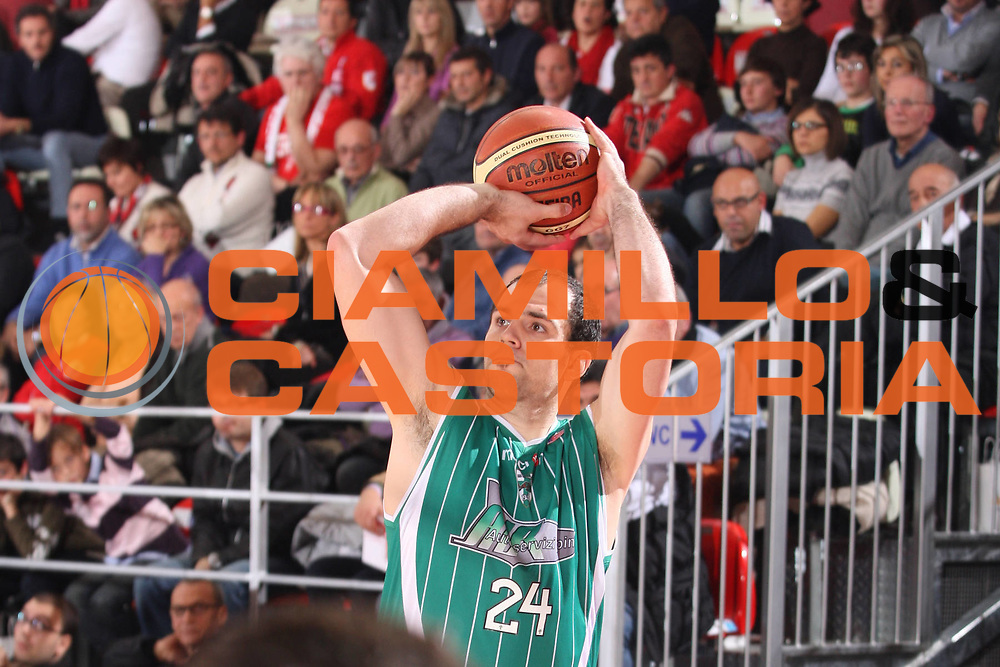 DESCRIZIONE : Teramo Lega A 2009-10 Banca Tercas Teramo Air Avellino<br /> GIOCATORE : Szymon Szewczyk<br /> SQUADRA : Air Avellino<br /> EVENTO : Campionato Lega A 2009-2010<br /> GARA : Banca Tercas Teramo Air Avellino<br /> DATA : 06/12/2009<br /> CATEGORIA : Tiro Three Point<br /> SPORT : Pallacanestro<br /> AUTORE : Agenzia Ciamillo-Castoria/G.Ciamillo<br /> Galleria : Lega Basket A 2009-2010 <br /> Fotonotizia : Teramo Campionato Italiano Lega A 2009-2010 Banca Tercas Teramo Air Avellino<br /> Predefinita :