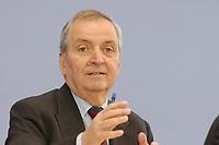 13 MAY 2002, BERLIN/GERMANY:<br /> Klaus Toepfer, Direktor der United Nations Environment Programme (UNEP) und Bundesminister a.D., waehrend einer Pressekonferenz zum Weltgipfel fuer nachhaltige Entwicklung, Bundespressekonferenz<br /> IMAGE: 20020513-02-003<br /> KEYWORDS: Klaus Töpfer