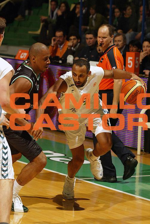 DESCRIZIONE : Siena Eurolega 2005-06 Montepaschi Siena Unicaja Malaga <br /> GIOCATORE : Risacher<br /> SQUADRA : Unicaja Malaga <br /> EVENTO : Eurolega 2005-2006<br /> GARA : Montepaschi Siena Unicaja Malaga <br /> DATA : 19/01/2006<br /> CATEGORIA : Penetrazione<br /> SPORT : Pallacanestro<br /> AUTORE : Agenzia Ciamillo-Castoria/E.Pozzo