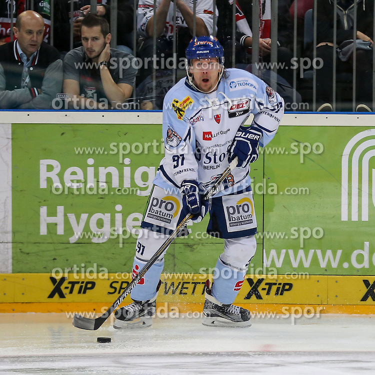 25.09.2015, Lanxess Arena, Koeln, GER, DEL, Koelner Haie vs Straubing Tigers, 5. Runde, im Bild vl. Rene Roethke (Straubing Tigers) // during the German DEL Icehockey League 5th round match between Koelner Haie and Straubing Tigers at the Lanxess Arena in Koeln, Germany on 2015/09/25. EXPA Pictures &copy; 2015, PhotoCredit: EXPA/ Eibner-Pressefoto/ Horn<br /> <br /> *****ATTENTION - OUT of GER*****