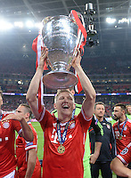 FUSSBALL  CHAMPIONS LEAGUE  SAISON 2012/2013  FINALE  Borussia Dortmund - FC Bayern Muenchen         25.05.2013 Champions League Sieger 2013 FC Bayern Muenchen: Bastian Schweinsteiger mit dem Pokal