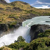 Vista escénica de la cascada de Salto Grande en el Parque Nacional Torres del Paine. Patagonia. Scenic view of the Salto Grande waterfall in Torres del Paine National Park. Patagonia.