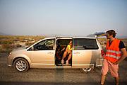 Lieske Yntema wacht in de auto tot ze kan rijden. Het team test de VeloX V in de woestijn. Het Human Power Team Delft en Amsterdam (HPT), dat bestaat uit studenten van de TU Delft en de VU Amsterdam, is in Amerika om te proberen het record snelfietsen te verbreken. Momenteel zijn zij recordhouder, in 2013 reed Sebastiaan Bowier 133,78 km/h in de VeloX3. In Battle Mountain (Nevada) wordt ieder jaar de World Human Powered Speed Challenge gehouden. Tijdens deze wedstrijd wordt geprobeerd zo hard mogelijk te fietsen op pure menskracht. Ze halen snelheden tot 133 km/h. De deelnemers bestaan zowel uit teams van universiteiten als uit hobbyisten. Met de gestroomlijnde fietsen willen ze laten zien wat mogelijk is met menskracht. De speciale ligfietsen kunnen gezien worden als de Formule 1 van het fietsen. De kennis die wordt opgedaan wordt ook gebruikt om duurzaam vervoer verder te ontwikkelen.<br /> <br /> Lieske Yntema waits in the car for her run. The team tests the VeloX V. The Human Power Team Delft and Amsterdam, a team by students of the TU Delft and the VU Amsterdam, is in America to set a new  world record speed cycling. I 2013 the team broke the record, Sebastiaan Bowier rode 133,78 km/h (83,13 mph) with the VeloX3. In Battle Mountain (Nevada) each year the World Human Powered Speed Challenge is held. During this race they try to ride on pure manpower as hard as possible. Speeds up to 133 km/h are reached. The participants consist of both teams from universities and from hobbyists. With the sleek bikes they want to show what is possible with human power. The special recumbent bicycles can be seen as the Formula 1 of the bicycle. The knowledge gained is also used to develop sustainable transport.