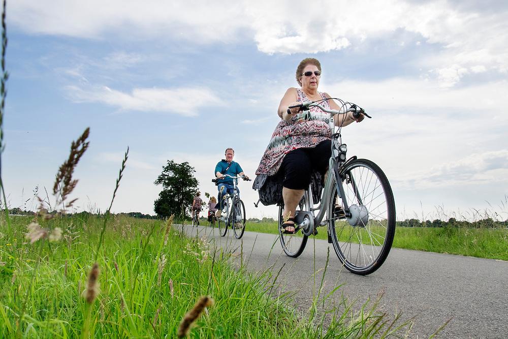 In Hollandsche Rading fietst een vrouw met haar man door de weilanden. <br /> <br /> In Hollandsche Rading a woman cycke