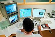 Nederland, Nijmegen, 21-8-2002Laborant, verpleegkundige voert een behandeling uit met eem lineaire versneller op de afdeling radiotherapie van het UMC-Radboud. Gezondheidszorg,automatisering, kankerbestraling, hoogwaardige medische apparatuurFoto: Flip Franssen