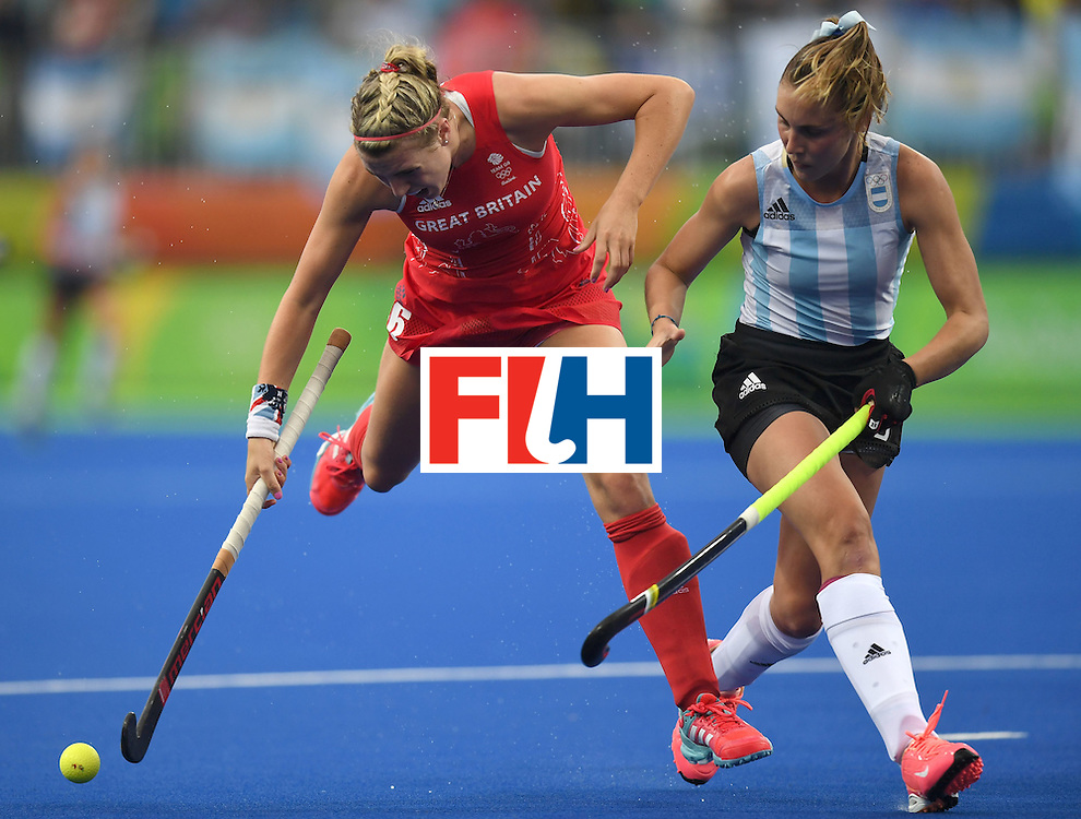 Britain's Lily Owsley (L) vies for the ball with Argentina's Florencia Habif during the women's field hockey Britain vs Argentina match of the Rio 2016 Olympics Games at the Olympic Hockey Centre in Rio de Janeiro on August, 10 2016. / AFP / MANAN VATSYAYANA        (Photo credit should read MANAN VATSYAYANA/AFP/Getty Images)