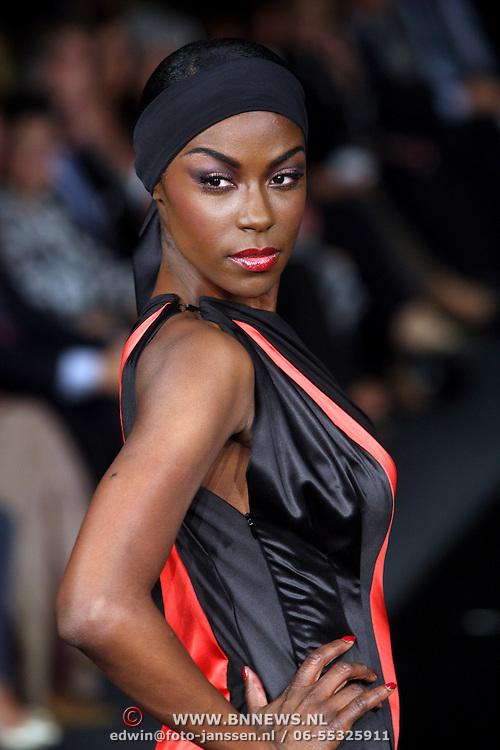 NLD/Amsterdam/20070915 - Modeshow Mart Visser najaar 2007, model, mannequin Giovanca Ostiana op de catwalk