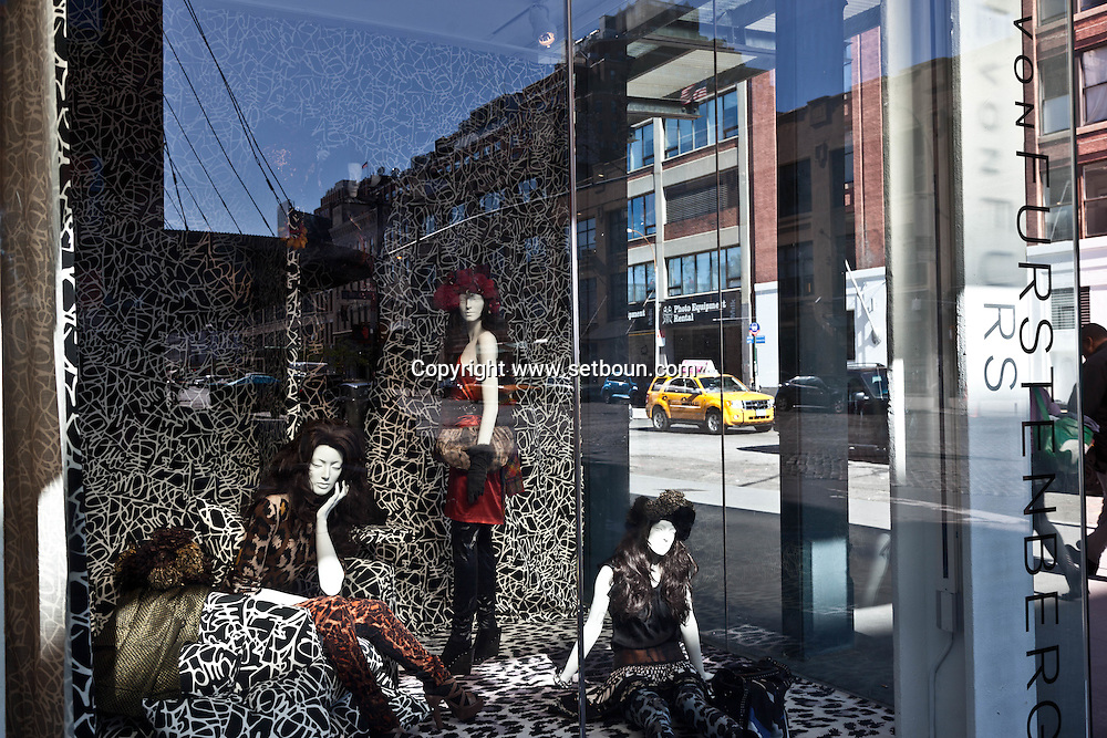 New York. Meat Packing district. front window of Helena Rubinstein shop in The meat packing district / magasin de mode  dans le meat packing district , le quartier a la mode .