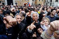 Roma 20 Aprile 2013.Proteste davanti a Montecitorio  del Movimento Cinque Stelle  per la rielezione di Giorgio Napolitano alla Presidenza della Repubblica .  Manifestanti puntano le dita contro la Camera dei Deputati