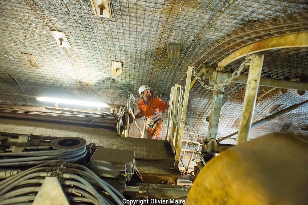 Un ouvrier dans le tunnelier de 142 mètres au travail dans la galerie d'accès a la centrale souterraine,  Nant de Drance le 11 juillet 2012..Forée avec le meme tunnelier que le Loetschberg ..centrale des barrage d'Emosson, .usine de pompage turbinage des barrages Emosson..électricité hydroélectrique, énergie...(PHOTO-GENIC.CH/ OLIVIER MAIRE)