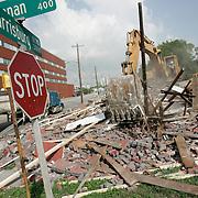 La primera muestra del comienzo de contruccion para la nueva linea de Metro al East End fue la demolicion de un viejo edificio en la esquina de Harrisburg Blvd y Drennan St. <br /> Wednesday, July 2, 2008, in Houston. ( Leonardo Carrizo / Chronicle )