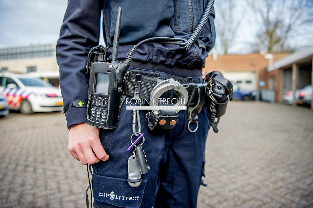 HOORN - Politieagent politie agent met een bodycam , camera , film , filmen , opnemen , nieuwjaar , oudjaar , nacht , arrestatie , handboeien , handboei , arresteren , dienstwapen , pistool , motor , auto ,  COPYRIGHT ROBIN UTRECHT MODEL RELEASHED
