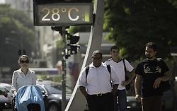 April 26, 2018 - SãO Paulo, Brazil - SÃO PAULO, SP - 26.04.2018: SÃO PAULO SEGUE SEM CHUVAS - Thermometer marks 28 ° in the Ipiranga Avenue, central region of the state capital, on the morning of this Thursday (26). The city continues without rainfall forecast. (Credit Image: © Bruno Rocha/Fotoarena via ZUMA Press)