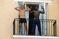 Fotball - Treningsleir La Manga. 12. mars 2002.  Tobias Grahn og Pa Modou Kah stripper på balkongen til hotellet de bor på La Manga.<br /><br />Foto: Andreas Fadum, Digitalsport