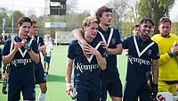 AMSTELVEEN -  Hockey Hoofdklasse heren Pinoke-Amsterdam (3-6).  een geëmotioneerde  Dennis Warmerdam (Pinoke) , die  vanwege kanker en een tumor in zijn arm, zijn hockeycarrière moet beëindigen ,   na afloop van de wedstrijd tegen A'dam.  links Tom van de Rijt (Pinoke), rechts Lukas Sutorius (Pinoke), Marlon Landbrug (Pinoke), Keeper Derek van Essen (Pinoke)  COPYRIGHT KOEN SUYK